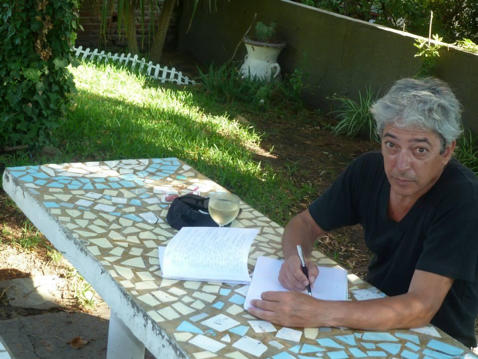 Marcelo escribiendo